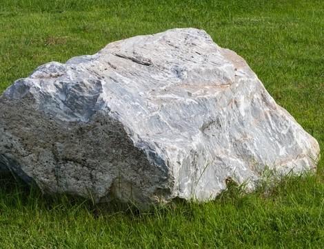 Felsbrocken und Vorschlaghammer
